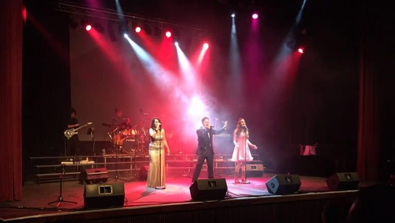 singing school and vocal coach Ryno van Eeden singing on stage